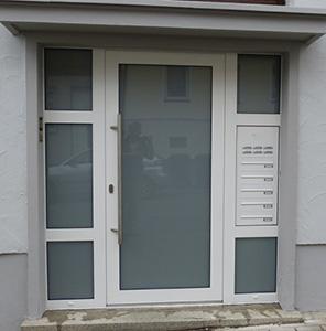 Haustüranlage in Schüco Aluminium mit Briefkastenanlage